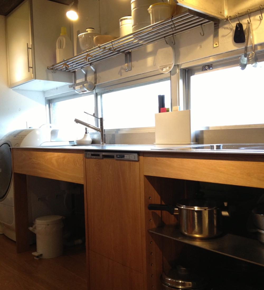 オーク無垢材と5mmの厚みのステンレスカウンターのキッチン