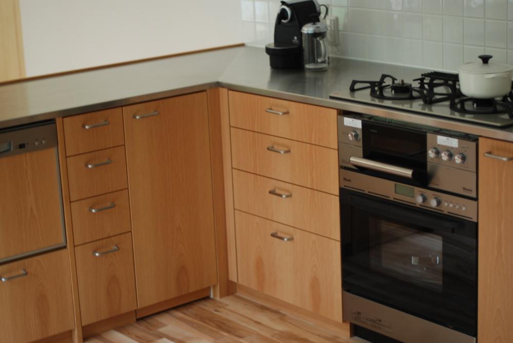 アルダーのL型キッチンと厨房用キッチン