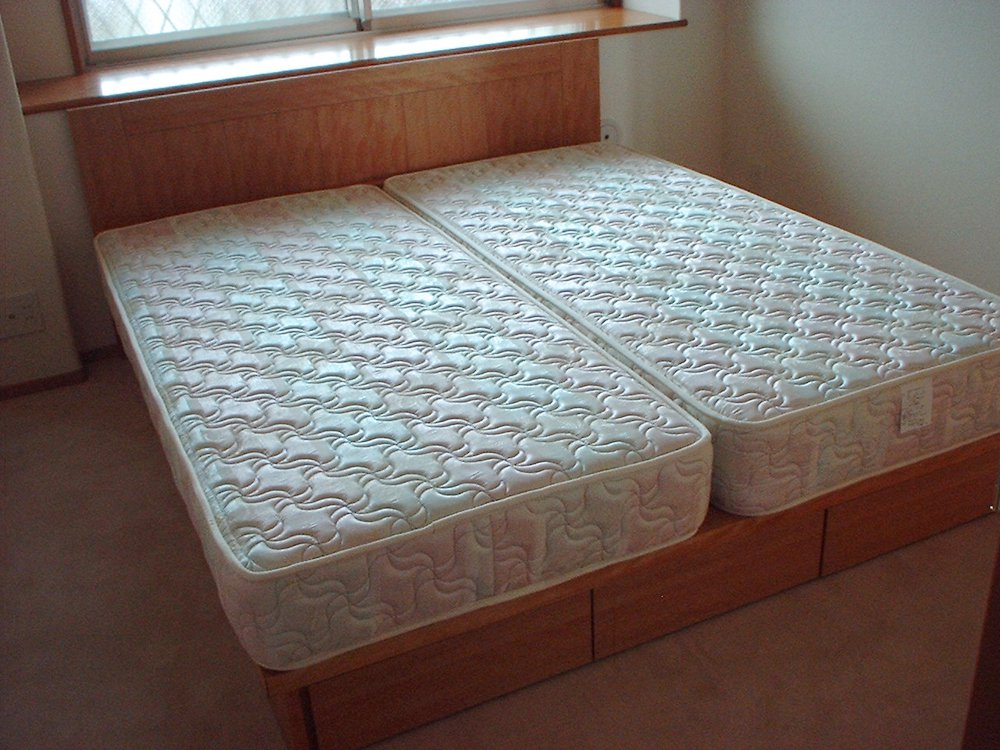 カバザクラの収納付きベッドフレーム