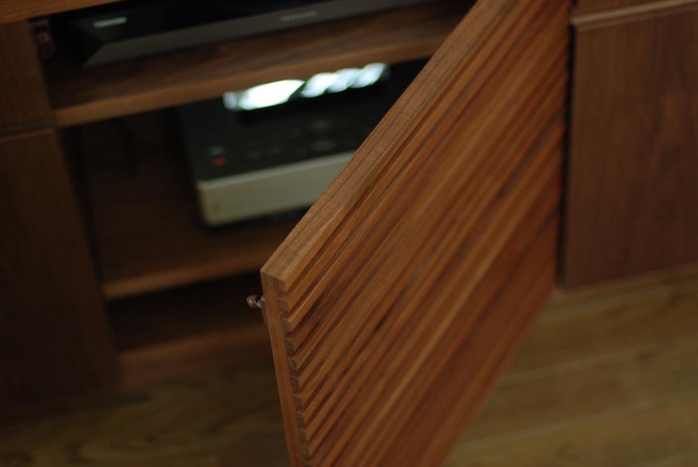 ウォールナットのテレビボード