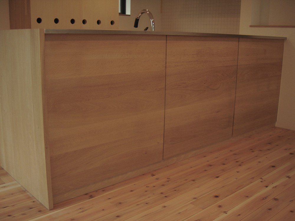 オークとステンレスバイブレーションカウンターのL型キッチン
