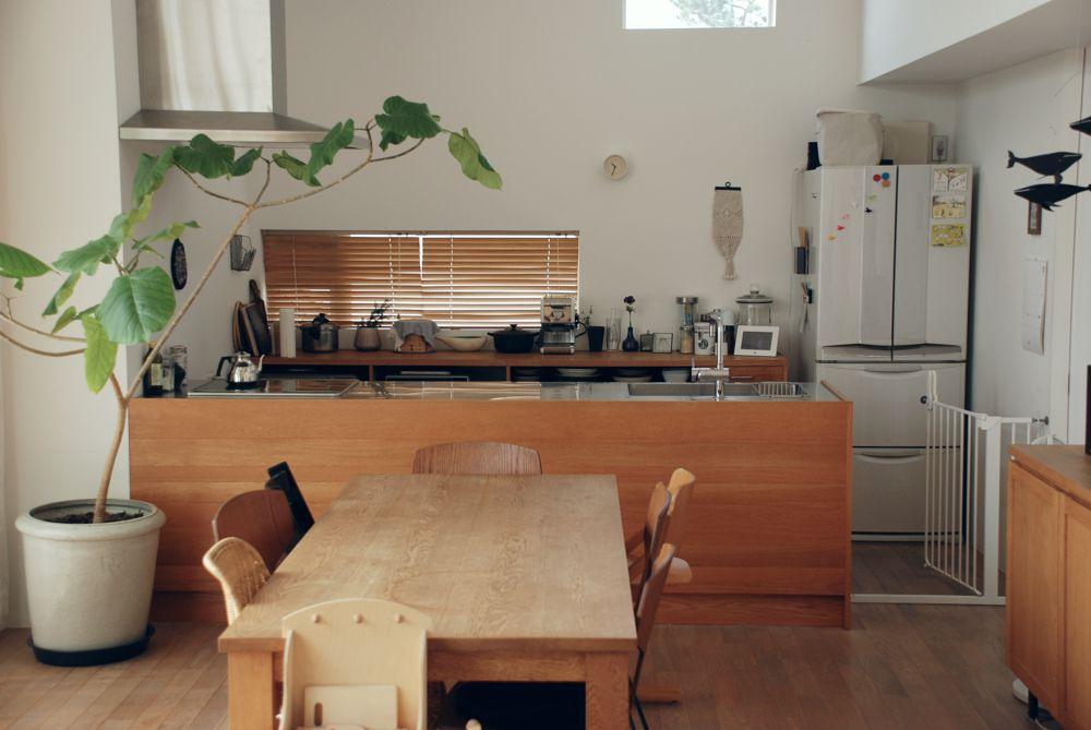 オークとステンレスのペニンシュラタイプのキッチン