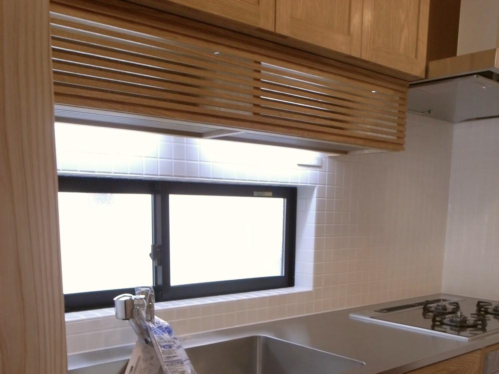 タモ板目無垢材を使った和風なオーダーキッチン