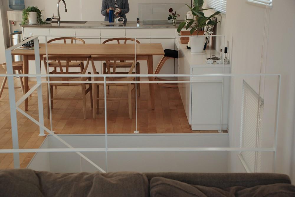 白いキッチンとミセスコーナーのあるダイニングキャビネット