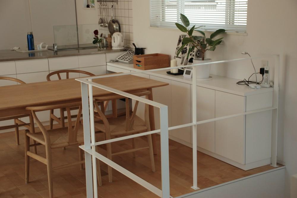 オーダーで作る真っ白なアイランドキッチンとタモのテレビボード