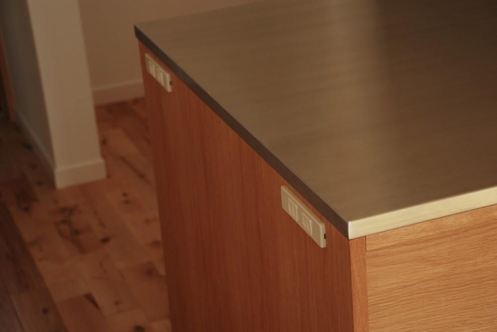 お料理教室のためのオークとステンレスのL型キッチン
