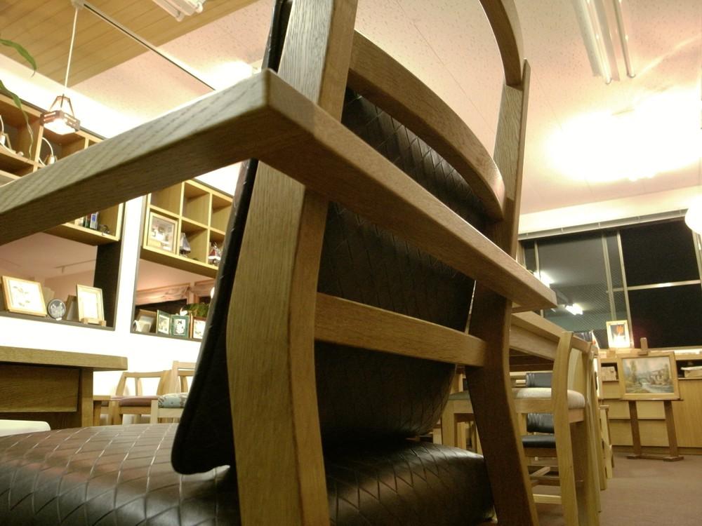 お年寄りの方のための椅子とテーブル
