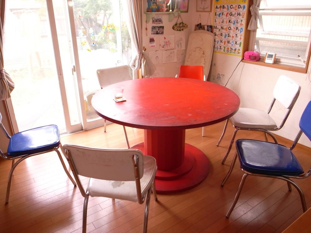 パインの丸テーブルとテレビボード