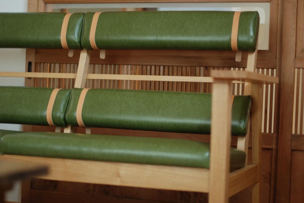 緑のレザーとタモの長椅子