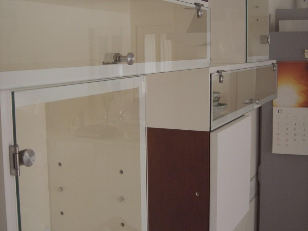 ウォールナットとホワイト化粧板とガラスで作るリビング飾り棚