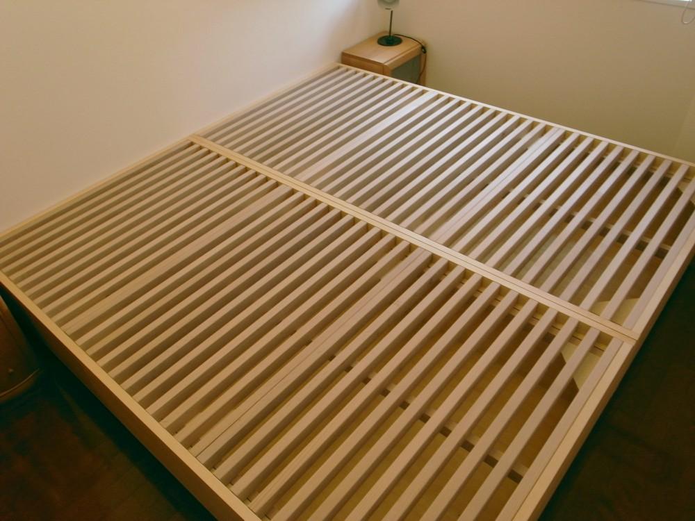ブナとアルダーの収納付ベッド