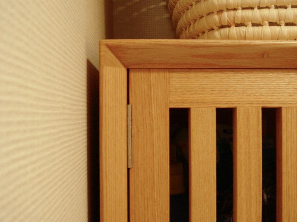 タモの格子扉のある洗濯機上吊戸棚