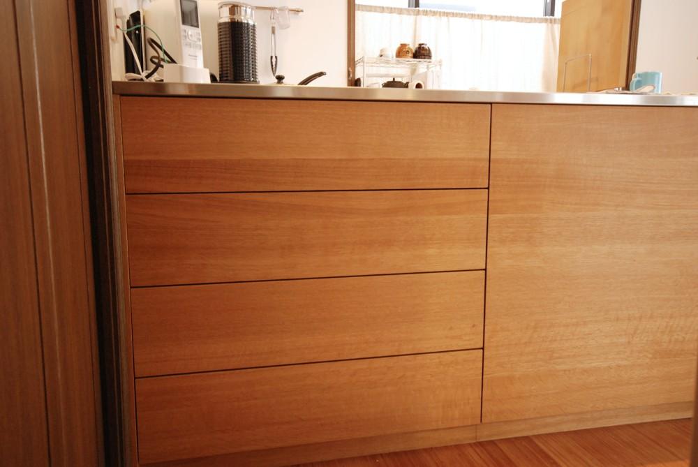 ナラ柾目と板目を混ぜたL型のキッチン