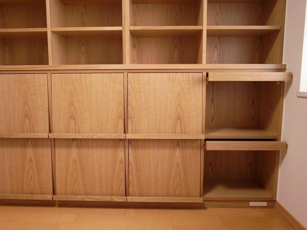 絵本が飾れるスライド扉のある本棚