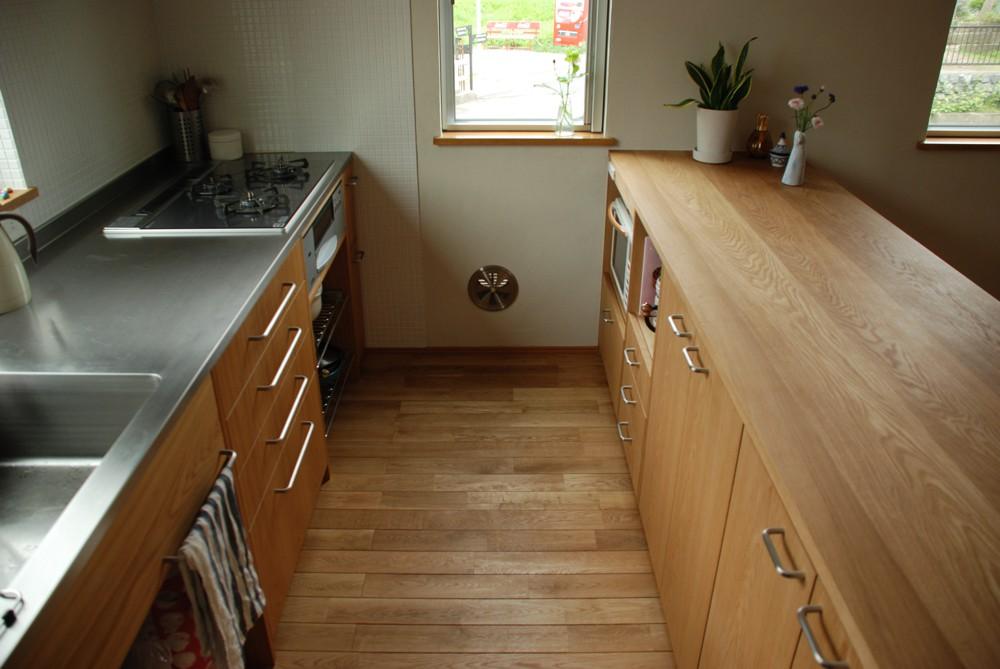 オークのI型キッチンとアイランドカウンター