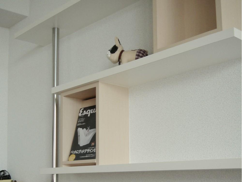白とオフホワイトの化粧板を使ったリビング飾り棚