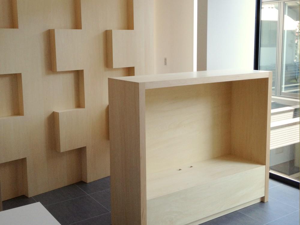 シナ合板とホワイトマットメラミンを使ったオフィスの家具