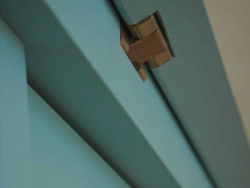 スカイブルーのペンキ塗装のライティングデスクとチェア