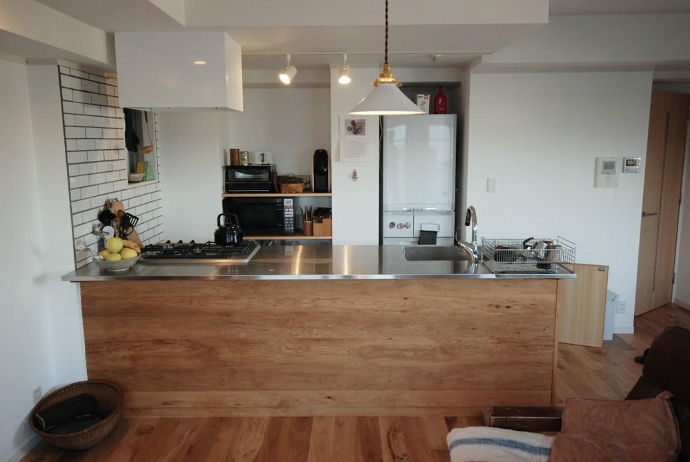 節有りナラ材を使ったペニンシュラタイプのキッチン
