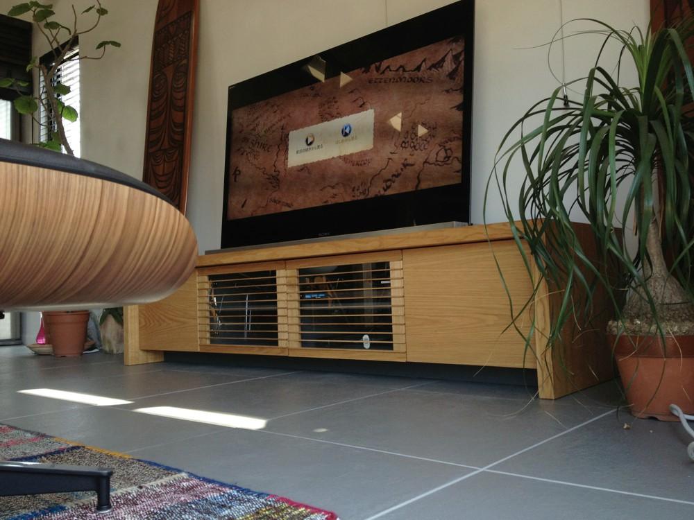 ナラのシックなキッチンとラバトリーとテレビボード、ワイルドなダイニングテーブル