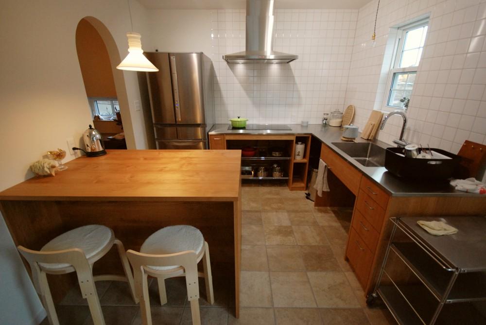 アルダーとステンレスのL型キッチンとカウンターテーブル