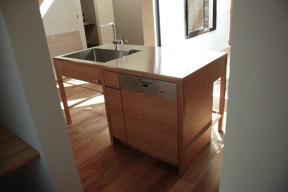 ナラで作ったテーブルのようなキッチン