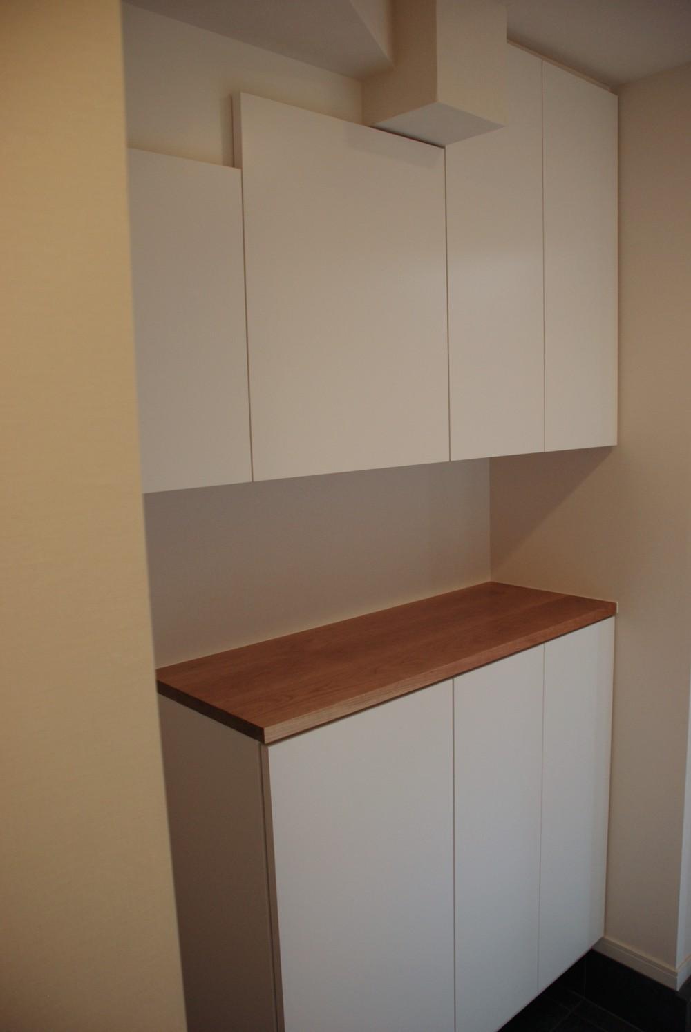 天井の梁を隠してすっきり見せるチェリーとホワイト化粧板で作る玄関収納