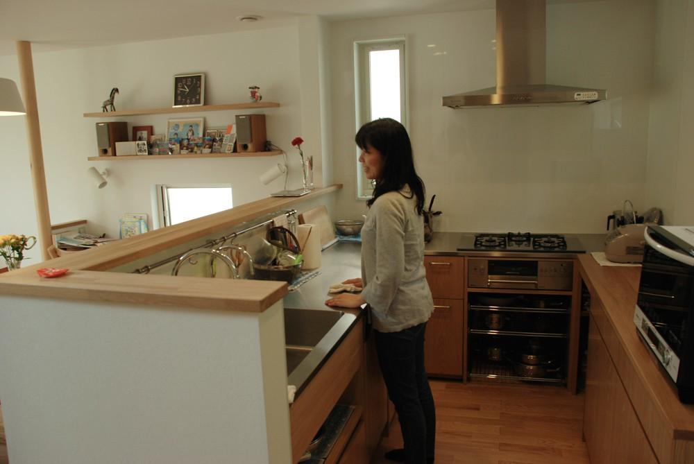 ナラとステンレスのコの字型キッチン