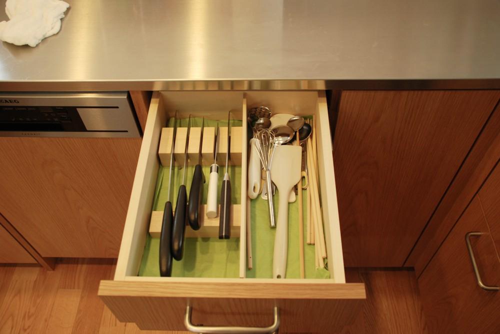 ナラ板目材とステンレスをうまく組み合わせたコの字型キッチン