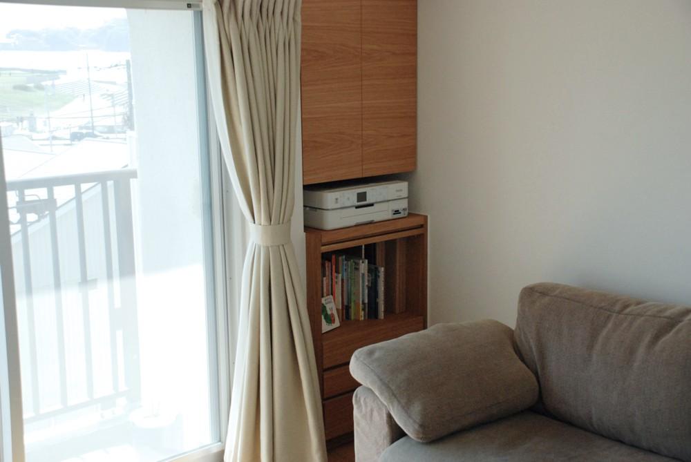 部屋の窪みに合わせて家具を作りつけてプリンタをしまえるように