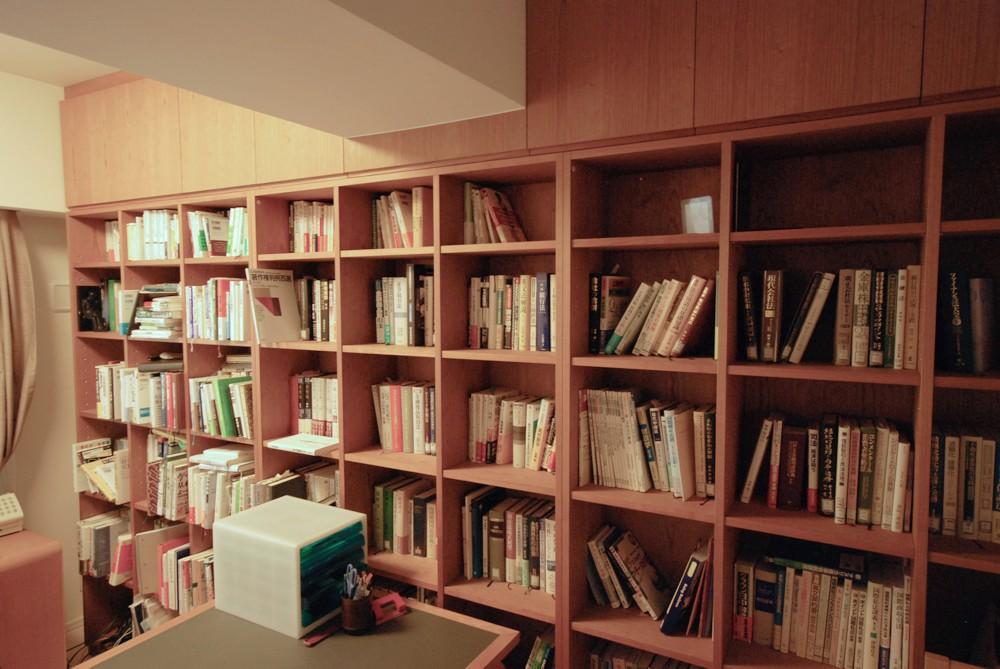 梁型に合わせて変形させた、チェリーのオーダー書棚