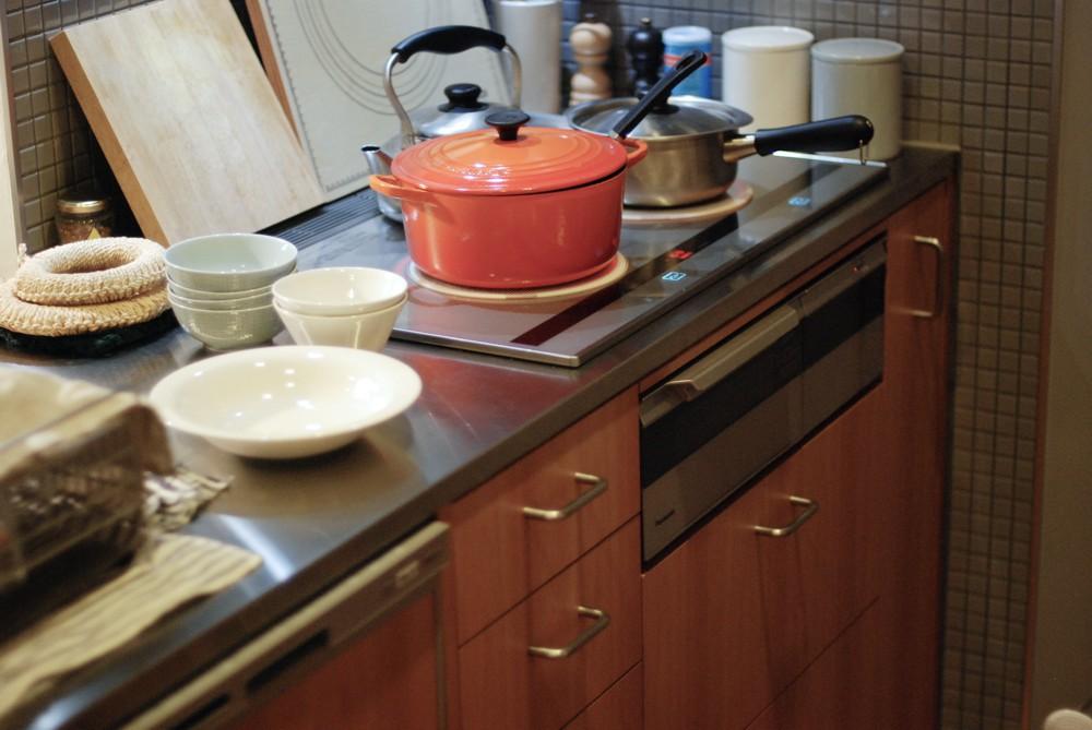 アルダーとステンレスのキッチンと食器棚