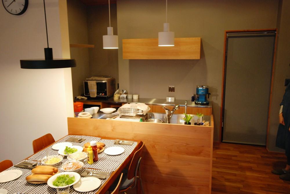 アルダーとカバを使ったキッチンとバックカウンターと吊戸棚
