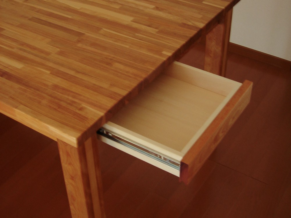 カバ材で作った長さ6メートルあるカウンターデスクとテーブル