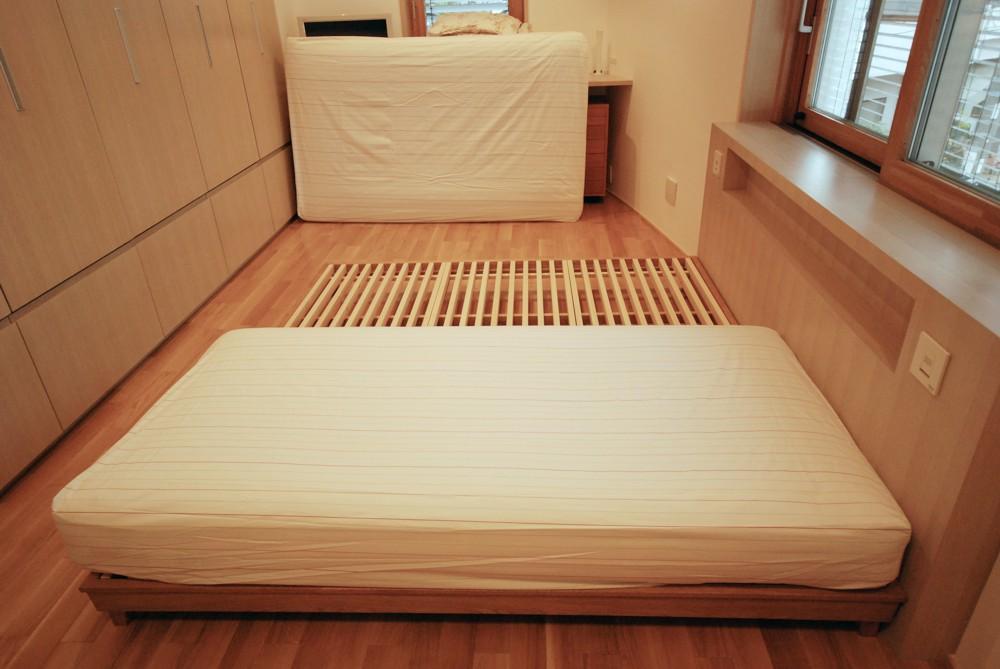 ナラとヒノキの無垢材で作るベッドフレーム