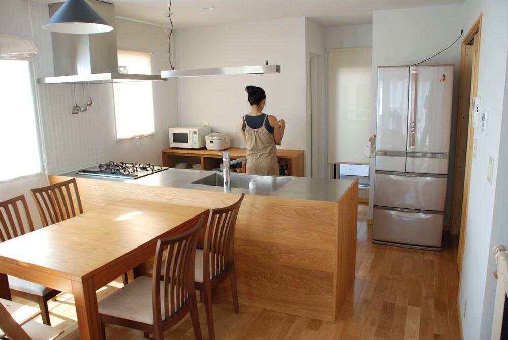 ナラのアイランドキッチンと引き戸のあるカップボード
