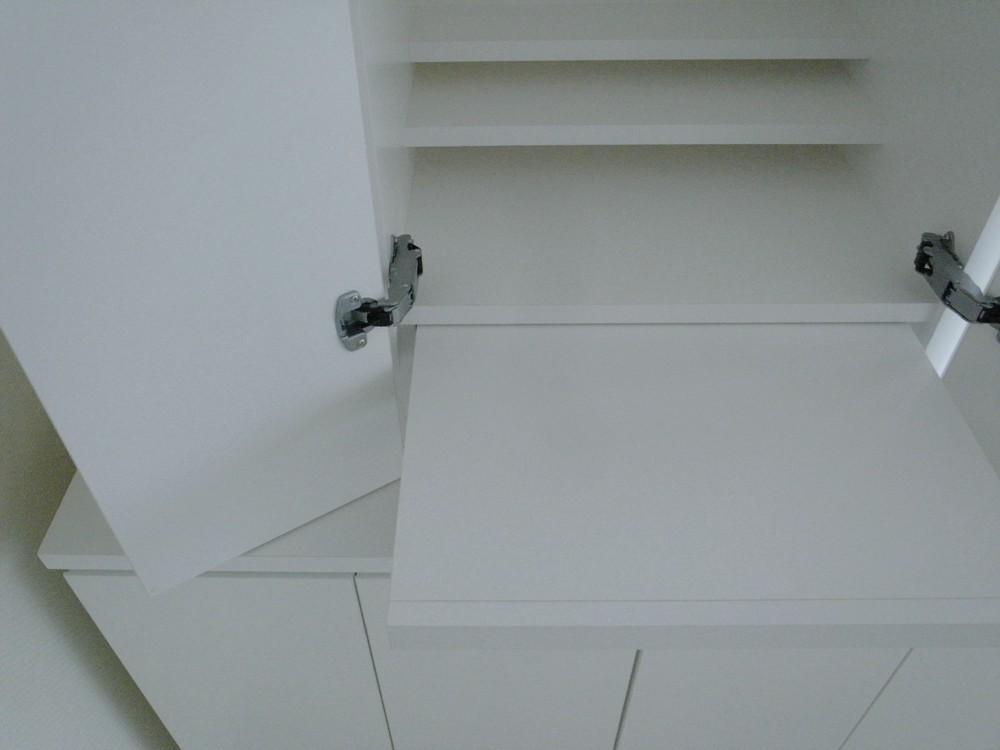 白い仏壇と白いキャビネットの洋風の組み合わせ