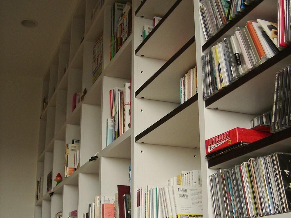 白い木目調オレフィンシートで作るリビング書棚