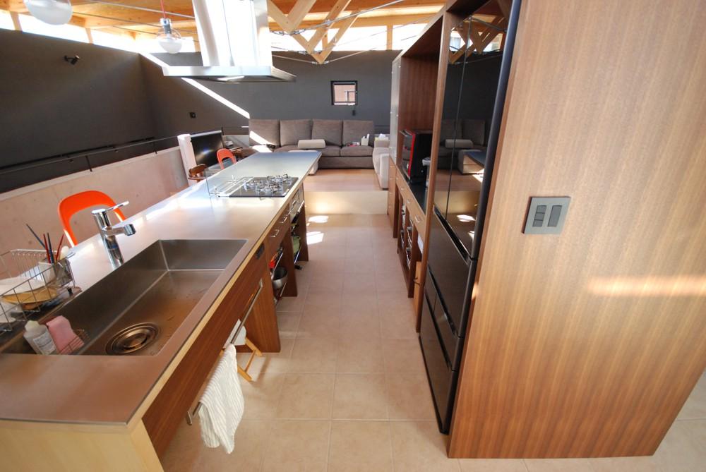 ウォールナットとメープルとステンレスバイブレーションのアイランドキッチン