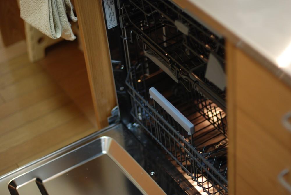 マンションをリフォームしてナラのペニンシュラキッチンを導入。食器棚の面材交換も。