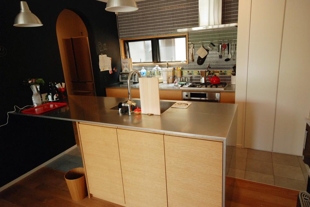 ナラ柾目を使ったセパレートキッチンやテレビボード