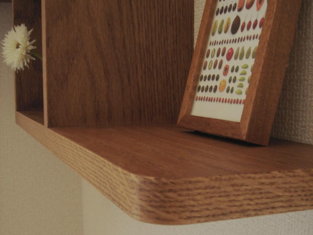 壁のコーナーを利用したL型の飾り棚