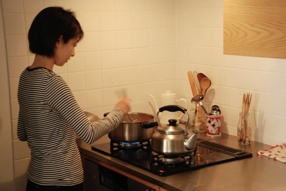ナラ板目材を使ったI型キッチンとダイニングとキッチンを仕切るアイランドカウンター