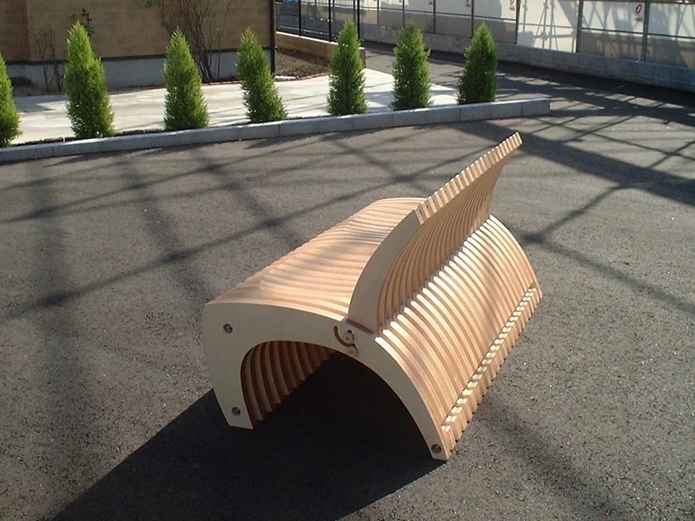 シナの積層材を使った可動式ベンチ