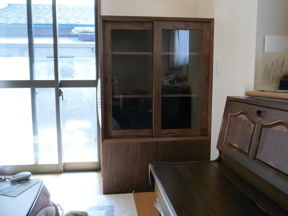ウォールナットで作る引戸のあるモダンな本棚