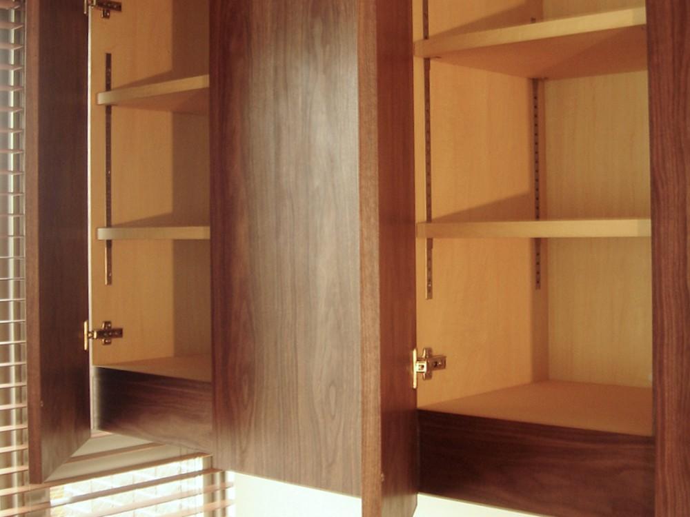 ウォールナットの吊戸棚とデスク