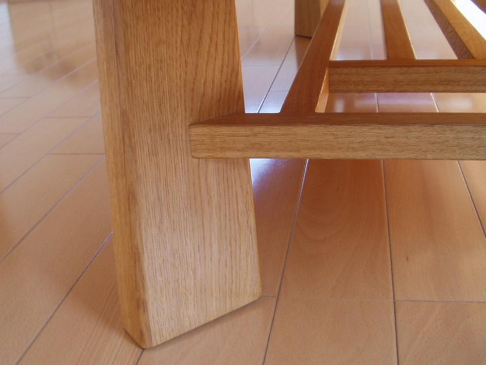 オークのオーバルな天板の座卓