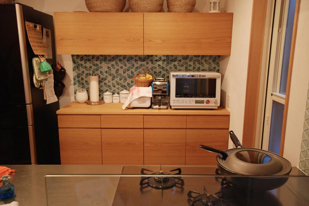 ナラとステンレスのキッチンと食器棚