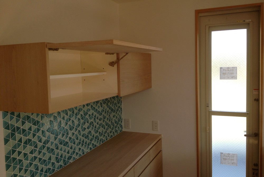 ナラのステンレスのペニンシュラキッチンと食器棚