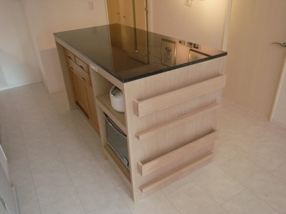天然石とタモ材を使ったキッチンカウンター